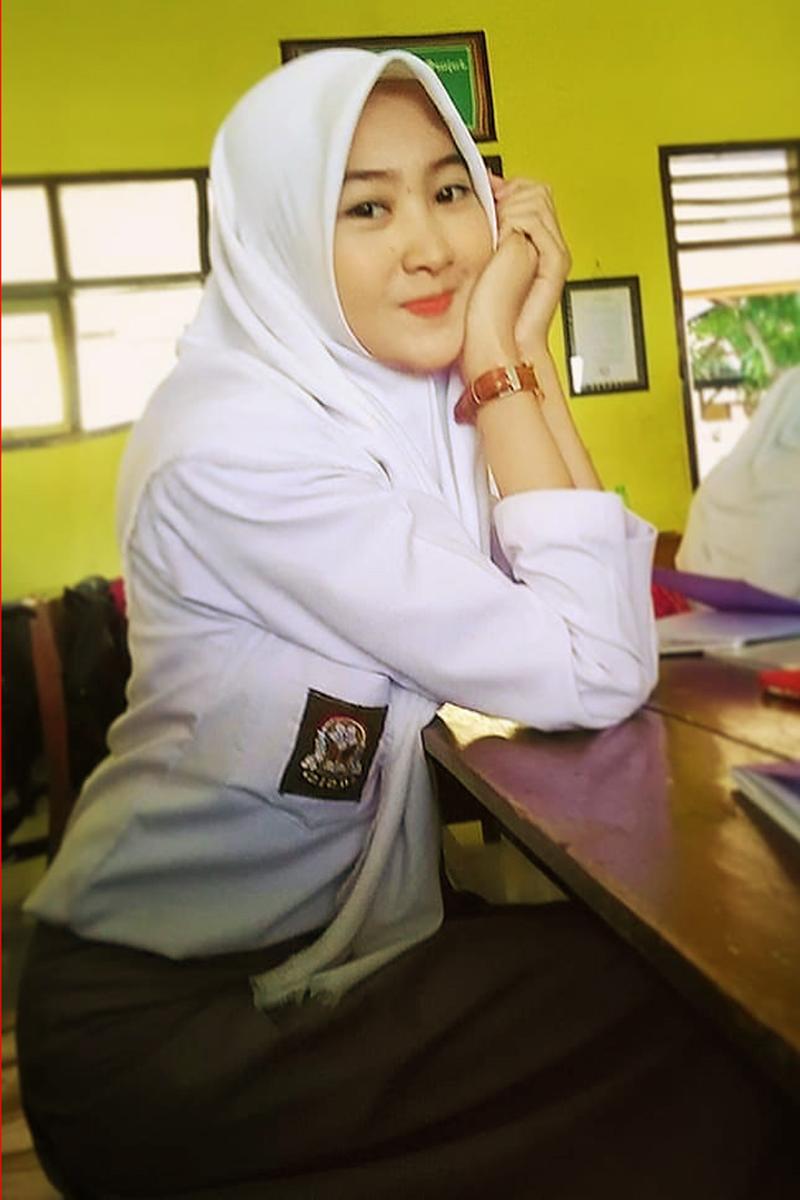 Siswi Jilbab SMA Cantik celana training