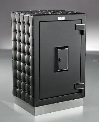 Ağzı kapalı olan siyah deri kaplamalı büyük iş yeri veya ofis kasası