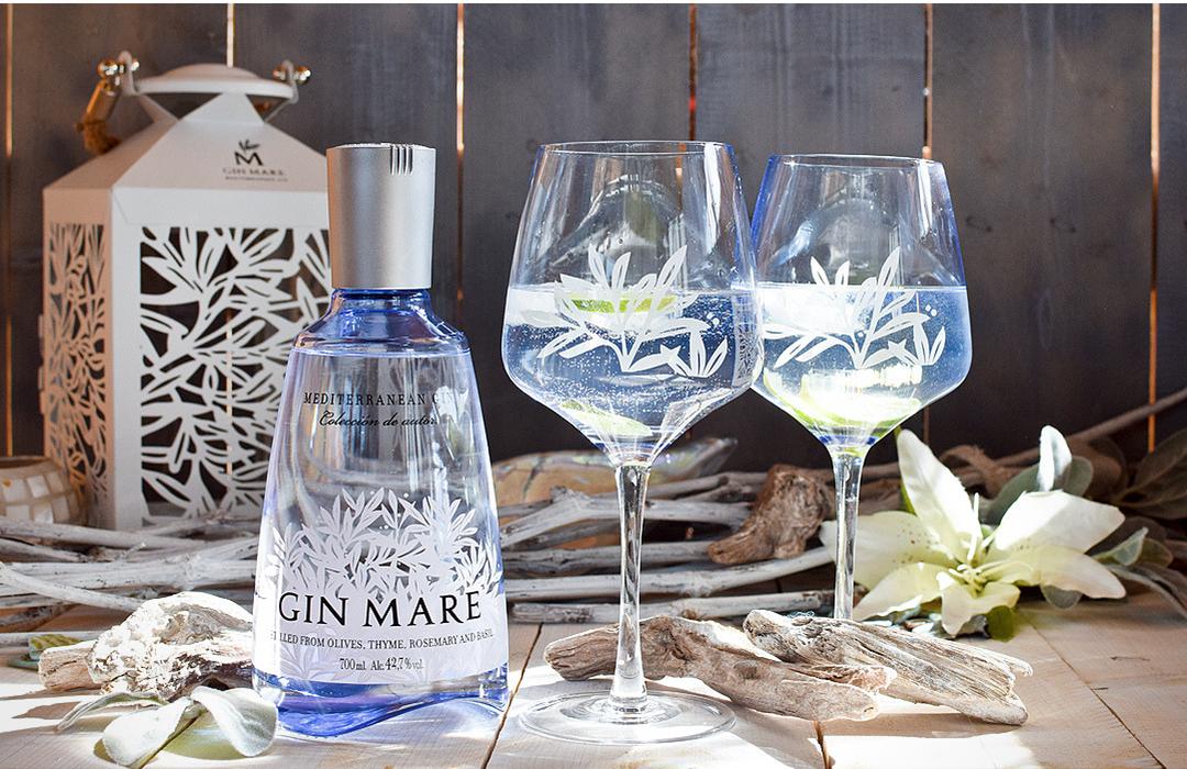 Wie gut schmeckt Gin Mare? Gin Tonic mixen.