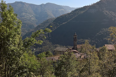 View as Sentiero 597 descends into Bracca.