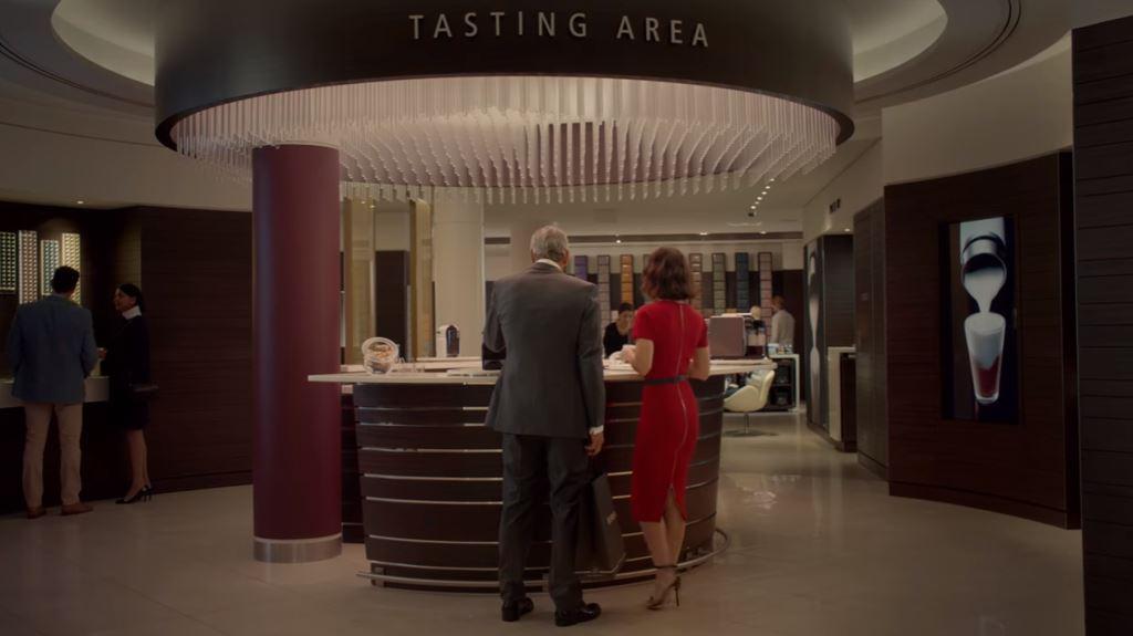 attrice nespresso vestito rosso con george clooney testimonial spot pubblicita 2016