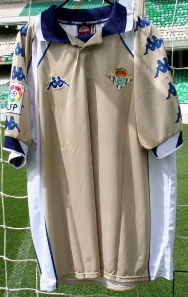 En el año 2000 muchos equipos empezaban a sacar equipaciones con colores  que no tenían nada que ver con su historia. El Sevilla sacó una azul  oscuro 93b2c707ad340