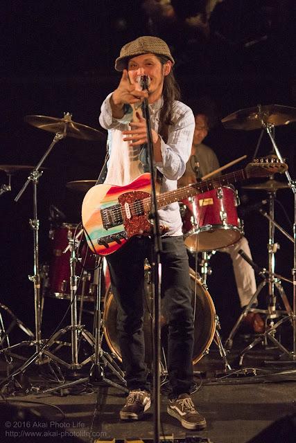 ライブハウスシルバーエレファントで撮影したバンドすずなのヴォーカル&ギターの写真