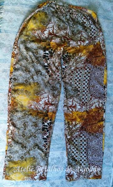 Calça comprida feita com tecido de viscose