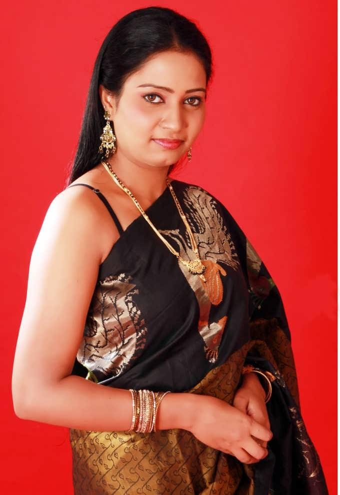 Slicypics Indian Actress Tamanna Bhatia Photos: Tollythunder: BGrade Actress Naisa In Saree Spicy Pics