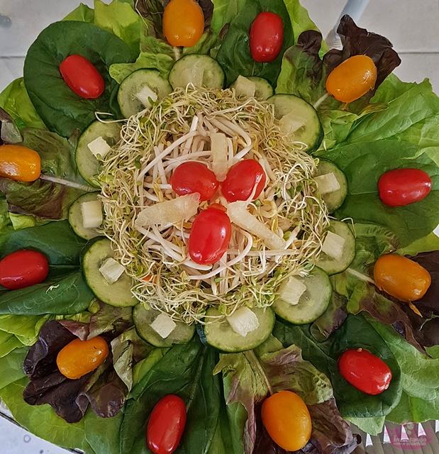 salada de broto de feijão e abacaxi
