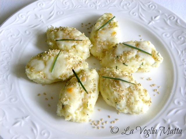 gocce di semolino con sesamo tostato ed erba cipollina