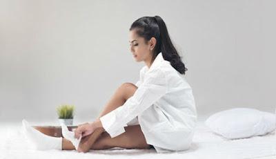 Memakai kaus kaki di tempat tidur