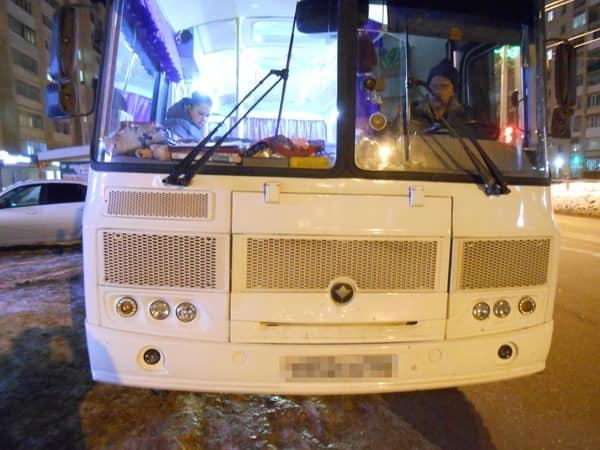 В Октябрьском автобус сбил девушку