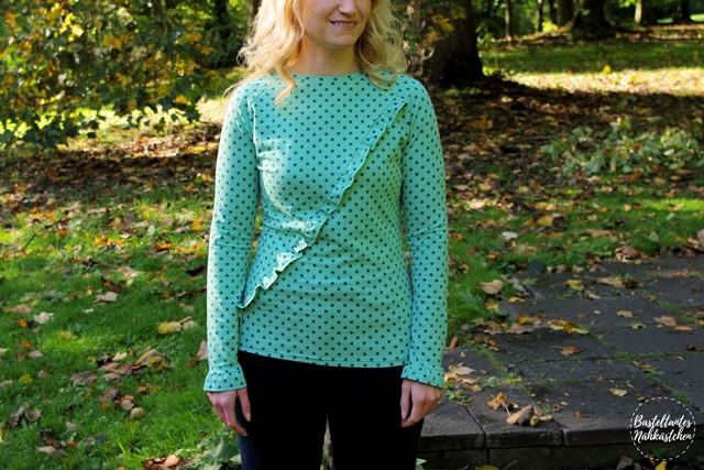 Frau in Türkis gepunkteten Raglan Shirt (Longsleeve) mit Rüschen - Rüschli Schnittmuster für Frauen von Textilsucht -Mode für Frauen selber nähen