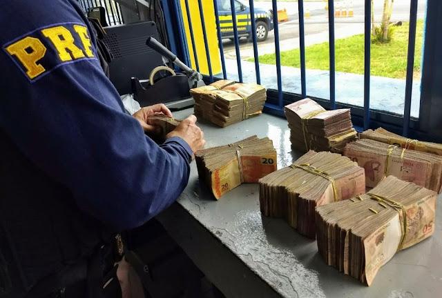 Polícia apreende R$ 90 mil em dinheiro em caminhão em Poços de Caldas (Foto: Polícia Rodoviária Federal)