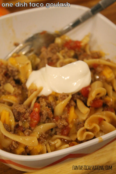 One Dish Taco Goulash // This recipe is easy peasy and perfect for busy school nights. #recipe #onepotmeal #SundaySupper #beef #goulash