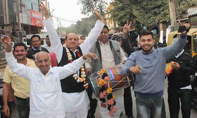 Former Congress general secretary Gulshan Bagha celebrates celebration with supporters