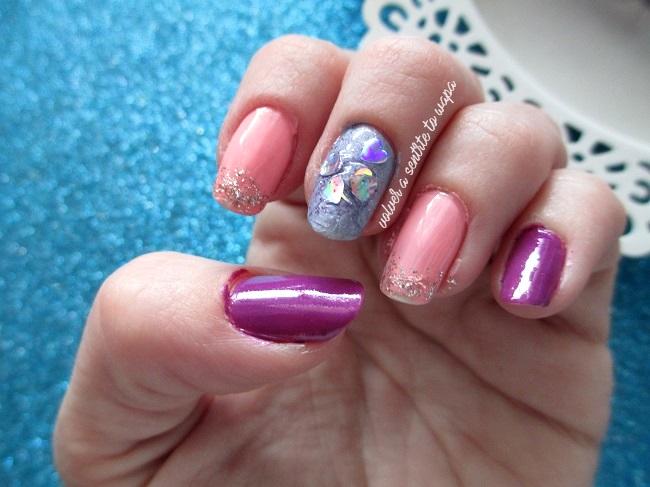 Manicura con corazones y purpurina