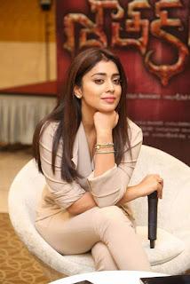 Shriya Saran in Cream Formals At Gautamiputra Satakarni Team Meet 18 (1)