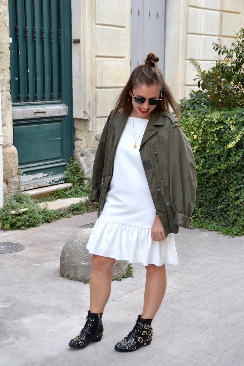 veste militaire kaki et robe blanche peplum zara, médaille Amour, clubmaster,bottines noires like suzanna Chloé