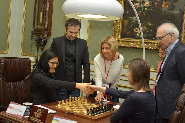 La finale du championnat du monde féminin d'échecs oppose la tenante du titre Mariya Muzychuk (Ukraine) à Hou Yifan (Chine) en 10 parties du 1er au 18 mars 2016 à Lvov en Ukraine.