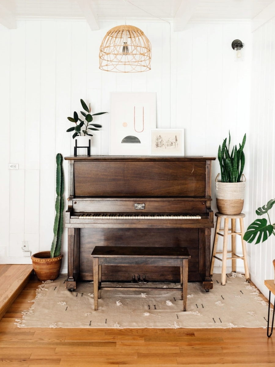 Słoneczny i modny dom w stylu vintage - wystrój wnętrz, wnętrza, urządzanie mieszkania, dom, home decor, dekoracje, aranżacje, minty inspirations, vintage, urban jungle, drewno, naturalne elementy, rośliny, kwiaty, salon, skórzana kanapa, kolor musztardowy, grafiki, galeria, drewniana łąwa, kwietnik, drewniane półki
