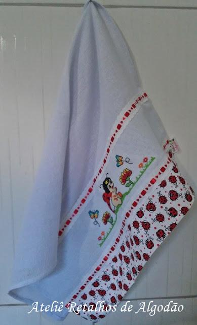 Pano de prato  bordado com de joaninha em ponto de cruz e barra de tecido