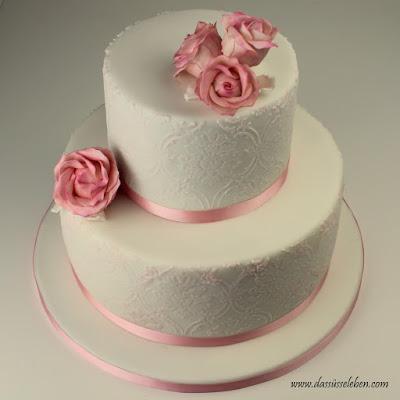 Rezept Rosafarbene Hochzeitstorte mit Brokat-Muster und Zuckerrosen ...