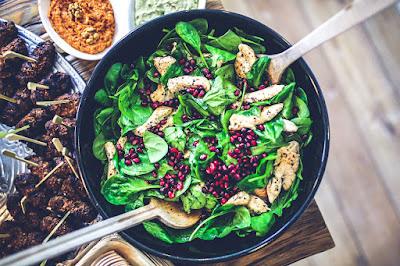 Απολαυστική σαλάτα με σπανάκι,  φιλέτο κοτόπουλο και ρόδι