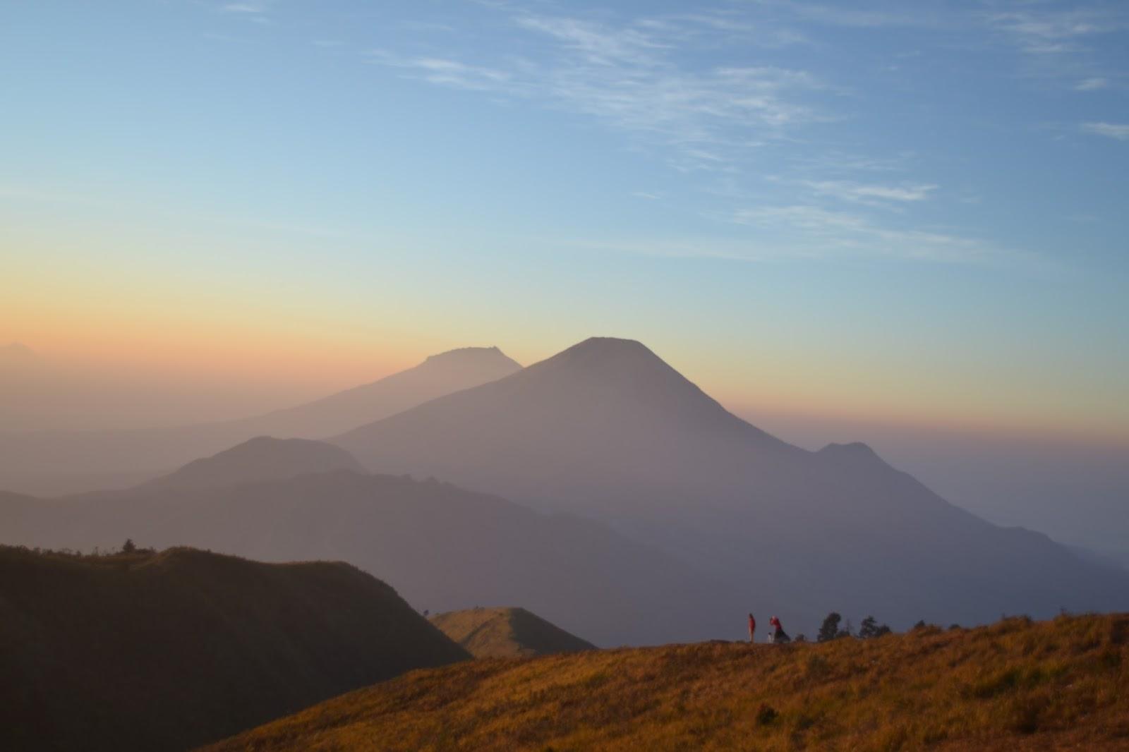 Memburu Golden Sunrise di Puncak Gunung Prau Dieng