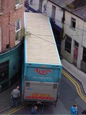 Camión enganchado calle estrecha, argos.co.uk