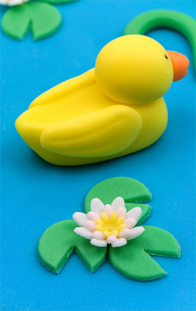 Duck fondant and water lilly figurine