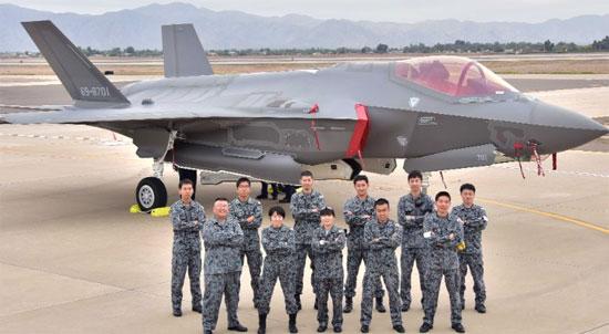 Staf Angkatan Udara Bela Diri Jepang pada tahun 2016 di Arizona untuk kedatangan F-35A Jepang pertama