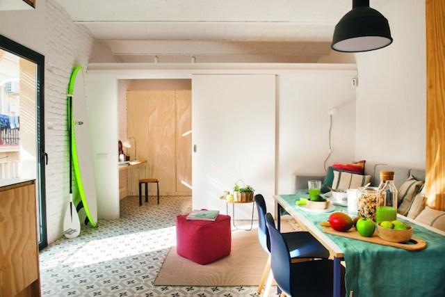 salón conectado con el dormitorio a través de puerta corredera. Suelos hidráulicos y muebles a medida