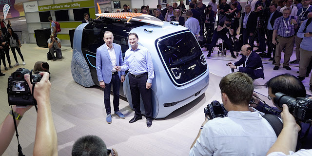 Image Attribute: Volkswagen at CEBIT 2018: (left) Martin Hofmann, Chief Information Officer, and Johann Jungwirth, Chief Digital Officer, at the new SEDRIC Active. / DB2018AL00991 / Source: Volkswagen AG