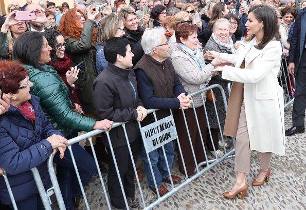 Queen Letizia wore Hugo Boss Banora2 silk blouse, Queen Letizia wore Hugo Boss camel block heel pumps, white cashmere coat