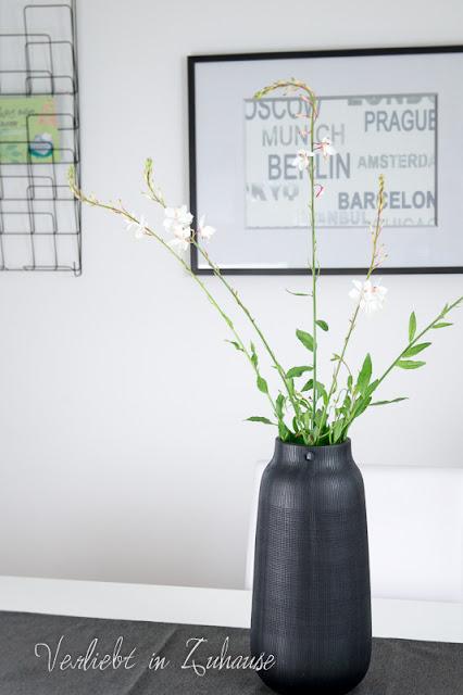 Schnittblume in schwarzer Vase (House Doctor)