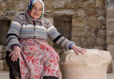 Durante la restauración y el trabajo de conservación de la antigua sinagoga en Peqi'in, Galilea Occidental, se descubrió una piedra caliza de 1.800 años de antigüedad, que data de la época romana y está grabada con dos inscripciones hebreas.