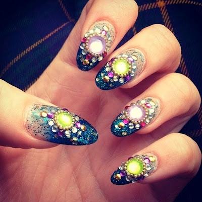 Diseño de uñas piedras y galaxia.
