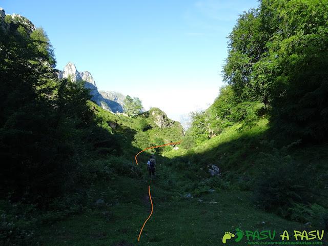 Ruta al Cueto Cerralosa y Jajao: Sendero junto al Reguero Sombejo