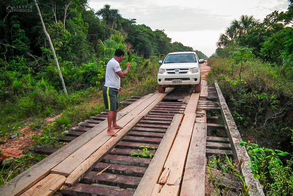 Drewniany most na Drodze Federalnej BR-319 w brazylijskiej Amazonii