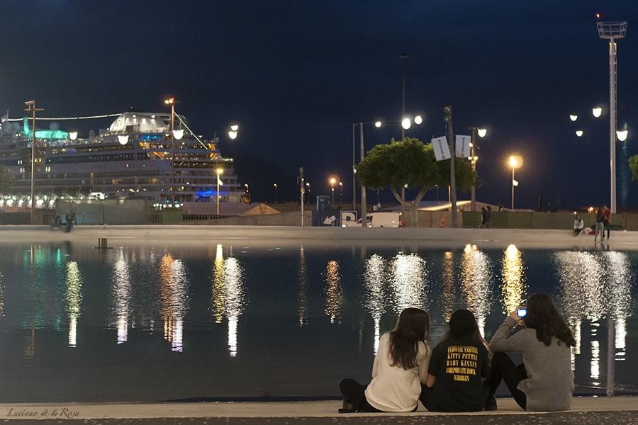 Fotografía nocturna de la Plaza de España de Santa Cruz de Tenerife, islas Canarias