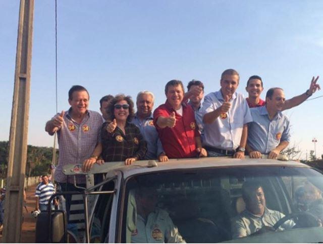 Carro onde estavam os políticos, minutos antes do atentado. Zé Gomes (de vermelho), e José Eliton à direita dele