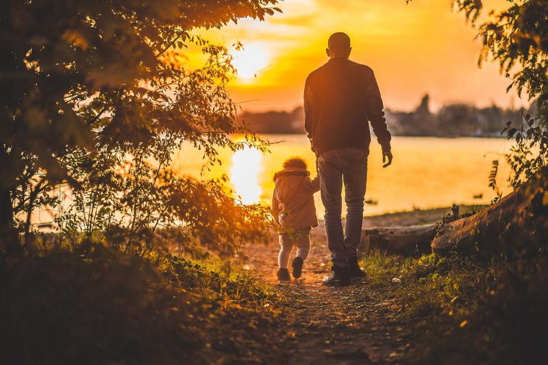Criança com pai na natureza