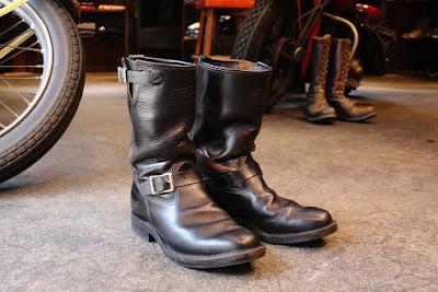 年中バイクでの移動がメインのオーナーがハードに愛用する2007年リミテッドモデルのサイクルボス。プルオンブーツの特徴でもある継ぎ目のないシンプルなヴァンプ(つま先)の履きシワに加え、シャフトに現れているホースハイド特有の風合いはまるでヴィンテージブーツかのような深みのある経年変化です。