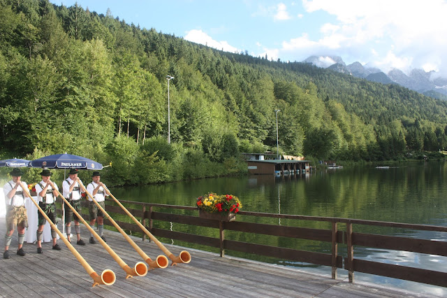 Grainauer Alphornbläser - Schleierkraut-Wolken in rosa und weiß - Sommerhochzeit in Bayern, Garmisch-Partenkirchen, Riessersee Hotel, Hochzeitshotel, Babies breath wedding