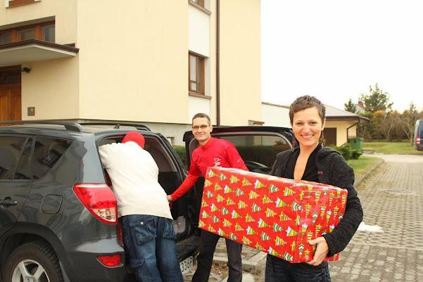 Szlachetna Paczka w Mielcu wolontariusze przekazują paczki ufundowane dla rodzin finał