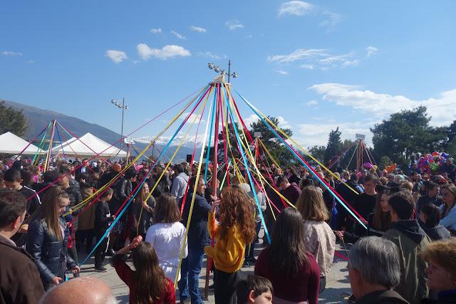 Γιάννενα: Πλήθος κόσμου,για το παραδοσιακό γαϊτανάκι στην κεντρική πλατεία της πόλης