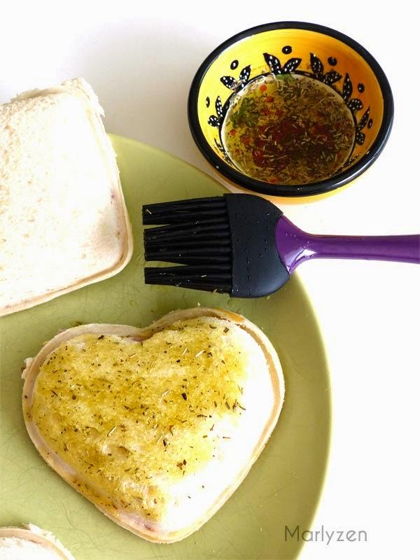 Dorez le croque à l'huile d'olive et herbes de Provence.
