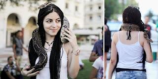 Θεσσαλονικιά έριξε στο λαιμό της ένα φίδι και βγήκε βόλτα στην πλατεία Αριστοτέλους