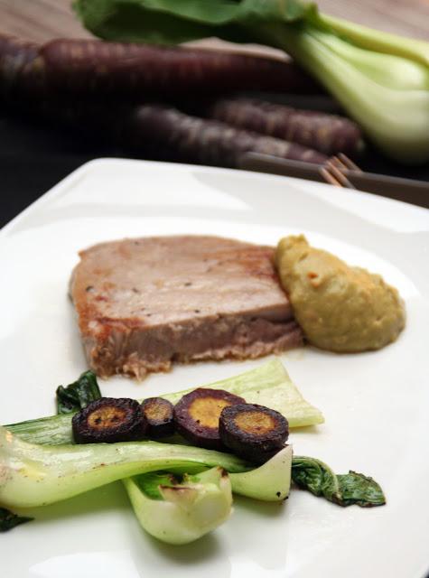 Thunfisch-Steak mit Pak Choi und Ur-Karotten