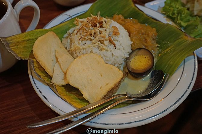 Menu andalan Nasi Ayam Mak Semarangan