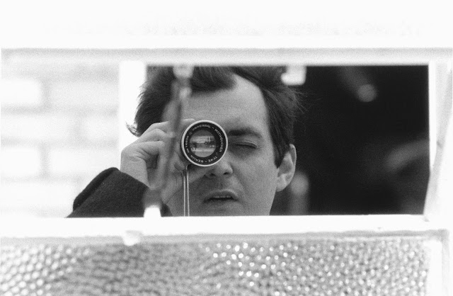 Stanley Kubrick with his viewfinder during the production of Lolita (GB/United States; 1960-62). © Warner Bros. Entertainment Inc.