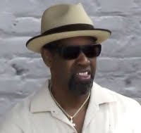 Denzel Washington has been spotted on the set of 2 Guns.